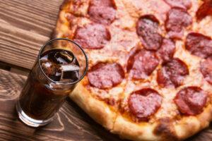 boisson accompagne une pizza